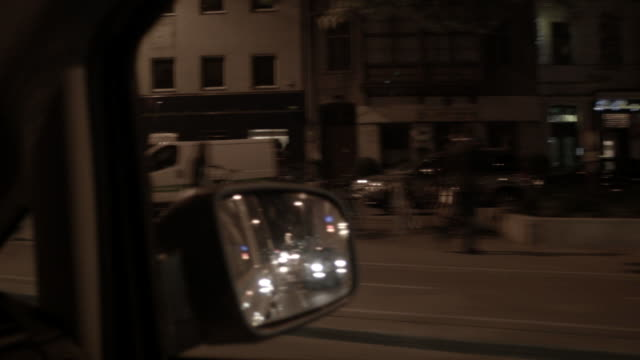 vídeos de stock, filmes e b-roll de pov shot from a car of the streets of vienna, austria, at night. - interior de carro