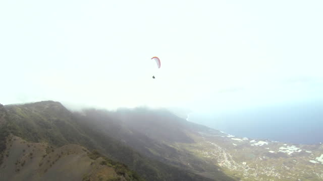vídeos de stock, filmes e b-roll de pov shot from a person paragliding over the island of el hierro. - hierro