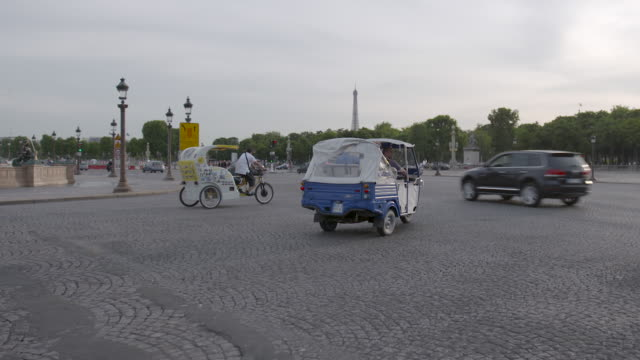 pov shot from a vehicle driving past the fontaines de la concorde in traffic in paris, france - rickshaw stock videos and b-roll footage
