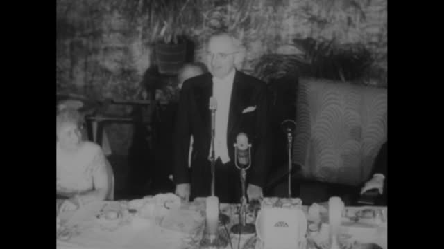 stockvideo's en b-roll-footage met shot from behind two cameramen shooting footage of presidential electors association dinner / reelected president harry truman standing at head table... - margaret truman