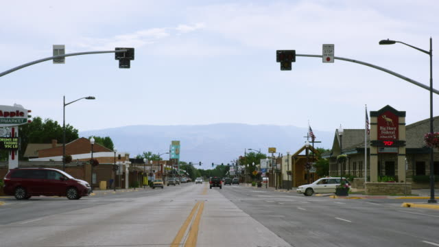 shot from the intersection of shoshone avenue and w main street in lovell, wyoming looking eastward to the bighorn mountains on a sunny day - general view stock videos & royalty-free footage