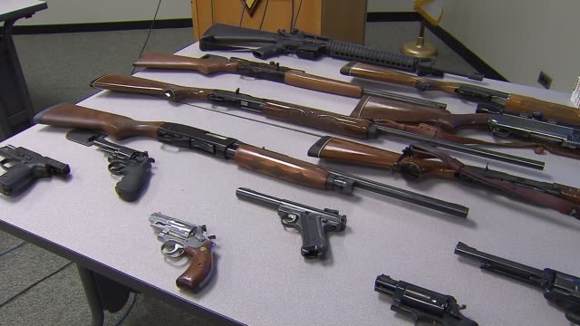 stockvideo's en b-roll-footage met shot guns and hand guns on a table that were seized during the arrest of alleged gun trafficker 19-year-old jorge figueroa and ricardo martinez in... - pistool handwapen