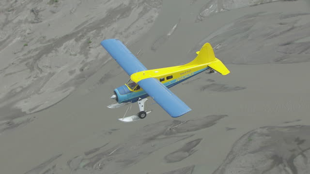 ms aerial ts shot high over sheldon air beaver flying over chulitna river en route to denali / alaska, united states - air to air shot stock videos & royalty-free footage