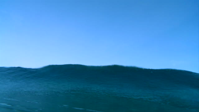stockvideo's en b-roll-footage met shot in indonesia from the water. wave barrels over camera. - dichterbij komen