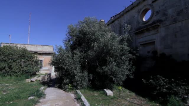 vídeos y material grabado en eventos de stock de pov shot into the derelict australia hall building in pembroke, malta. - pembroke