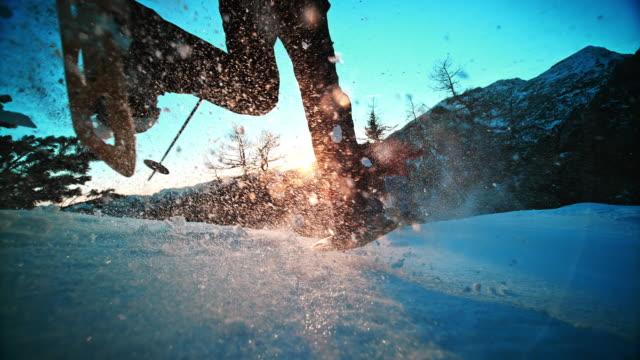 SLO MO LD scatto gli alpinisti le camminate con le racchette da neve sulla cima di montagna