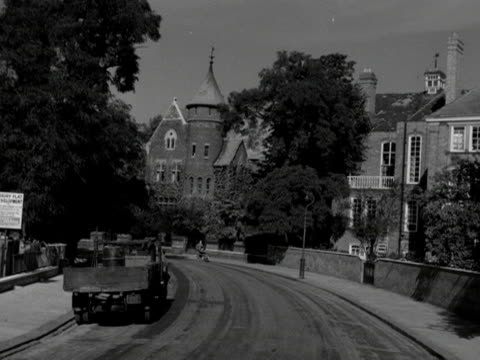 vídeos de stock e filmes b-roll de shot moving along an elegant street in the kensington area of london. - kensington e chelsea