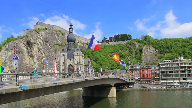 stockvideo's en b-roll-footage met ws shot od river meuse, church notre dame and citadelle of dinant / dinant, wallonia, belgium - zonnig