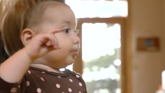 vídeos de stock, filmes e b-roll de cu shot of 14 month-old toddler eating pureed squash from spoon / manistique, michigan, united states - comida de bebê