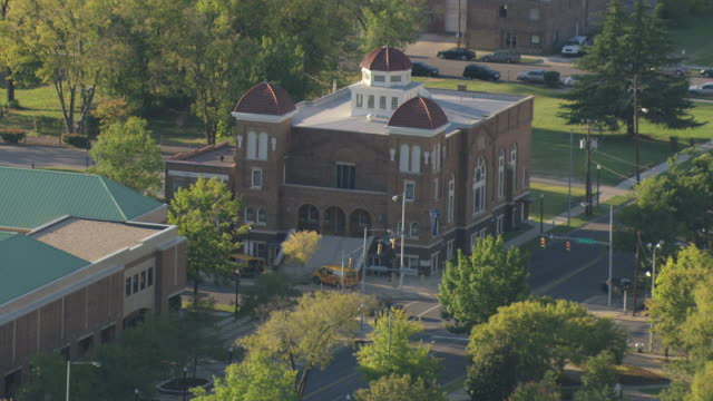 ms aerial shot of 16th street baptist church / birmingham, alabama, united states - バプテスト点の映像素材/bロール