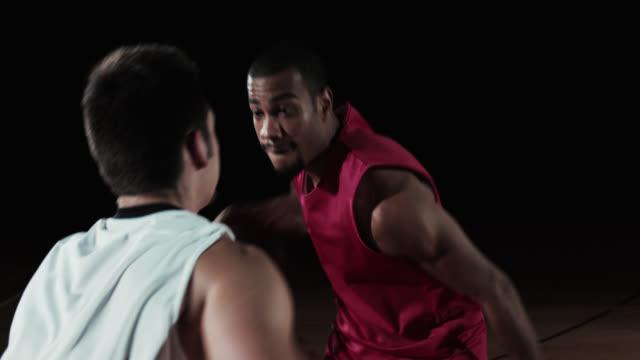 slo mo ショット選手ドリブルボールアゲインスト守備選手 - バスケットボールのボール点の映像素材/bロール