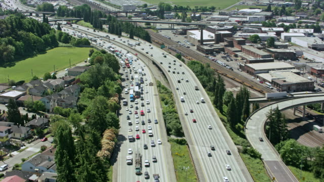 aerial shot of a busy highway - ora di punta video stock e b–roll