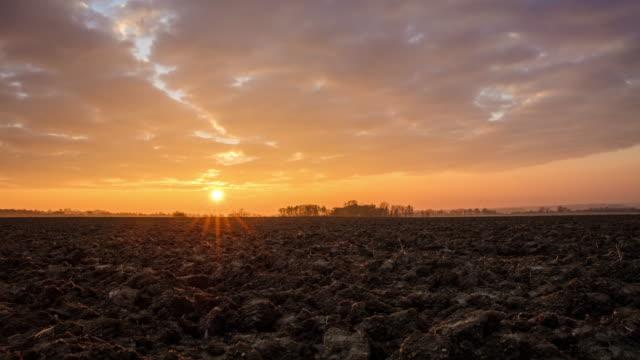 T/L 8K Schuss ein frisch gepflügtes Feld im Morgengrauen