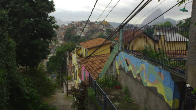 vídeos de stock e filmes b-roll de shot of a neighborhood in rio de janeiro overlooking a favela - favela