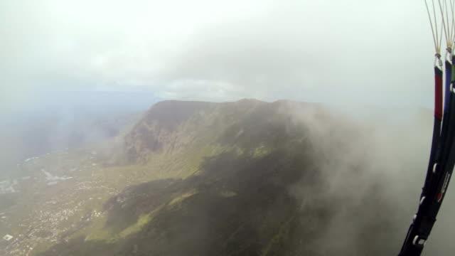 vídeos de stock, filmes e b-roll de pov shot of a paraglider flying over the island of el hierro. - hierro