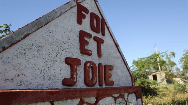 shot of a roof of a first aid building in a refugee camp in port-au-prince that says foi et joie, the name of a big ngo - アフリカ系カリブ人点の映像素材/bロール