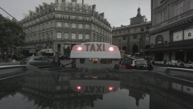 vídeos y material grabado en eventos de stock de pov shot of a taxi driving toward the hôtel du louvre onto rue saint-honoré in traffic in paris, france - boutique