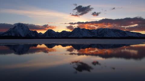 ws  4k  shot of a time lapse sunset over jackson lake /grand tetons - teton range stock videos & royalty-free footage