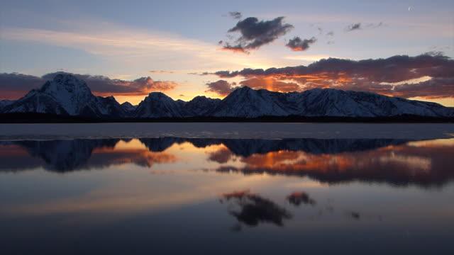 vídeos y material grabado en eventos de stock de ws  4k  shot of a time lapse sunset over jackson lake /grand tetons - cordillera tetón