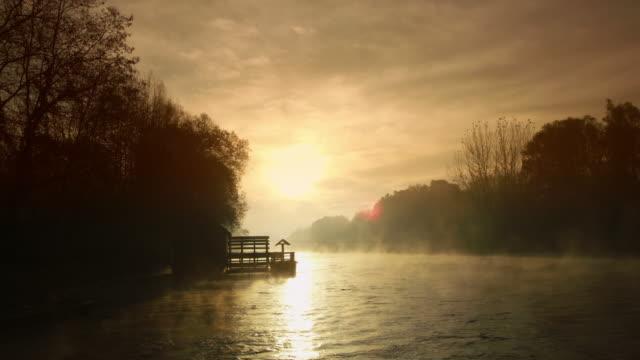 vídeos de stock, filmes e b-roll de tiro de ws de um moinho de água ao nascer do sol - forma da água