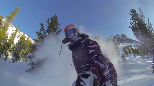 vídeos y material grabado en eventos de stock de pov shot of a young man snowboarding in the mountains. - slow motion - nieve en polvo