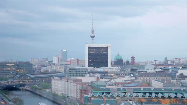 vídeos de stock e filmes b-roll de ws shot of alexanderturm, spree, brucke, s-bahn, rotes rathaus, mitte / berlin, berlin, germany - rathaus