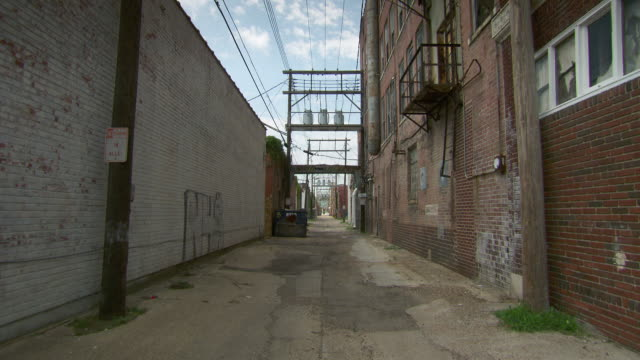 ms shot of alley / memphis, tennessee, united states - gasse stock-videos und b-roll-filmmaterial