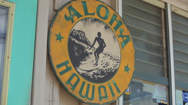 vídeos de stock e filmes b-roll de ms shot of aloha hawai sign on board / haleiwa, hawaii, united states - aloha