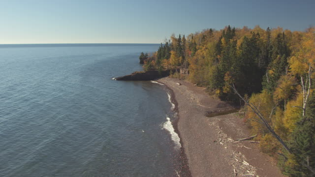 ms aerial shot of along rocky shores of lake superior / minnesota, united states - lago superiore video stock e b–roll