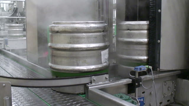 ms shot of aluminum beer barrels moving on conveyor at beer production at brewery, bitburger pils / bitburg, rhinland palatinate, germany - einige gegenstände mittelgroße ansammlung stock-videos und b-roll-filmmaterial