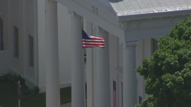 vidéos et rushes de cu aerial td shot of american flag outside lafayette county courthouse / lexington, missouri, united states - style néoclassique