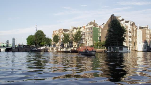 vídeos y material grabado en eventos de stock de shot of amsterdam cityscape - perspectiva desde una barca