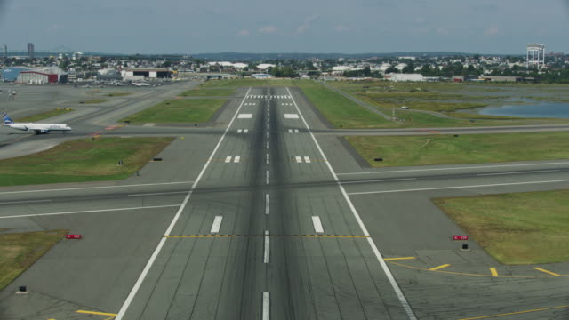 pov shot of an aircraft taking off at the logan international airport - 滑走路点の映像素材/bロール