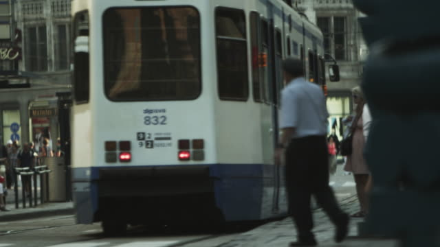 vidéos et rushes de shot of an amsterdam street with several people walking around - ligne de tramway
