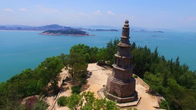 vídeos de stock, filmes e b-roll de ws aerial shot of ancient pagoda on hilltop in island/fujian,china - ponto de observação