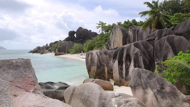 vídeos y material grabado en eventos de stock de ms shot of anse source d'argent / la digue, seychelles - seychelles