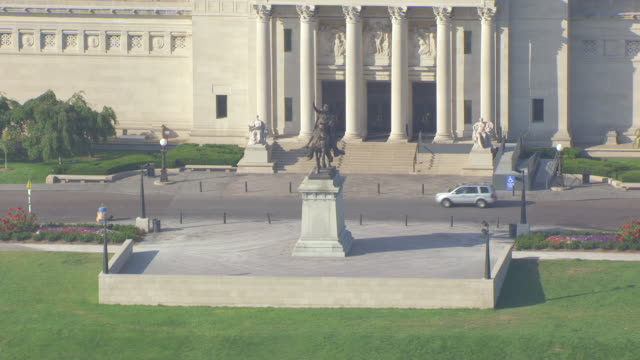 MS AERIAL Shot of Apotheosis of St Louis in front of St Louis Art Museum in Forest Park / St Louis, Missouri, United States