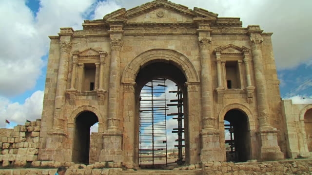 ms shot of arch of hadrien / jerash, jordan - ローマ皇帝点の映像素材/bロール