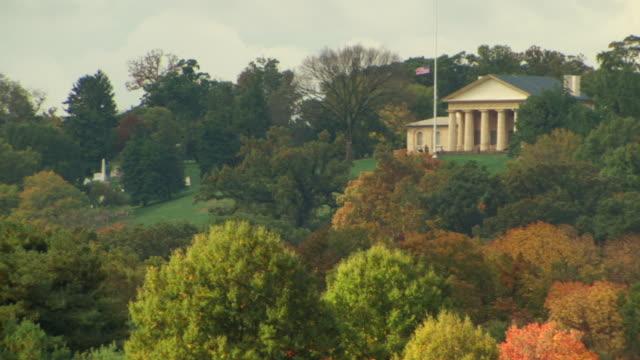 ws shot of arlington house robert e lee memorial at arlington national cemetery with trees blowing in wind / arlington, virginia, united states - 新古典派点の映像素材/bロール