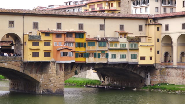 ms shot of arno river and galleria degli uffizi / florence, tuscany, italy - florence italy stock videos & royalty-free footage