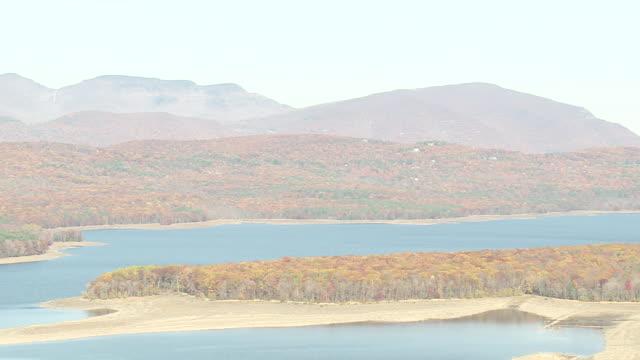 vidéos et rushes de ws aerial shot of ashokan reservoir / new york, united states - comté d'ulster