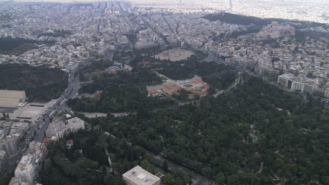 vídeos de stock e filmes b-roll de ws aerial shot of athena gardens with roman stadium and zeus temple / acropolis, athens, greece - minerva