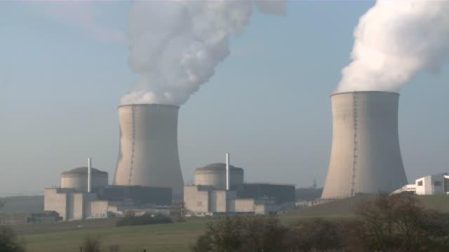 vídeos de stock, filmes e b-roll de ms shot of atomic power plant / cattenom, lorraine, france - usina nuclear