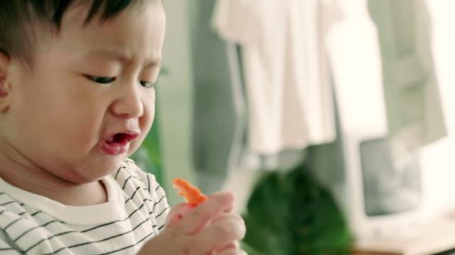 vídeos y material grabado en eventos de stock de tiro de cu de comer en su trona de niño - 6 11 months
