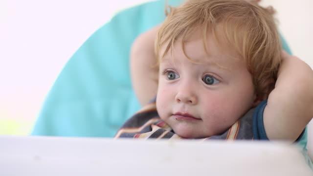 vídeos de stock, filmes e b-roll de cu shot of baby boy sitting in his highchair / st simon's island, georgia, united states - cadeirinha cadeira