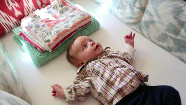 vídeos de stock, filmes e b-roll de ms shot of baby lying awake in his crib / lamy, new mexico, united states - só bebês
