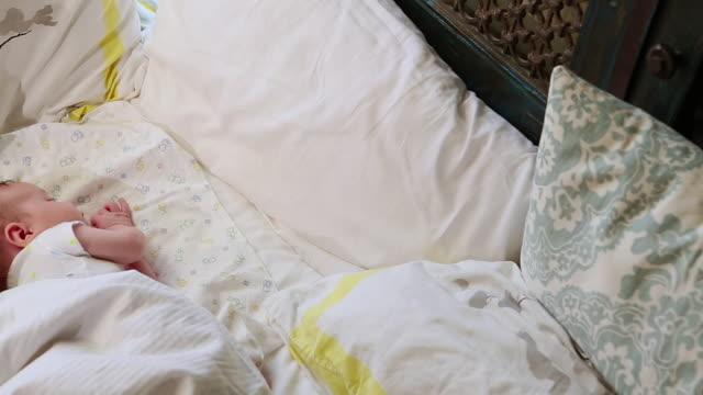 vídeos de stock, filmes e b-roll de ms pan shot of baby sleeping in big bed / lamy, new mexico, united states - só um bebê menino