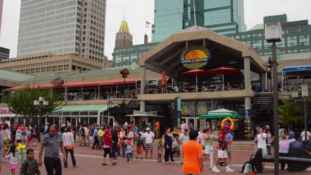 stockvideo's en b-roll-footage met ms shot of baltimore maryland inner harbor with pratt street pavilion for families on chesapeake bay with people walking / baltimore, maryland, united states - maryland staat