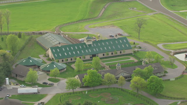 ws aerial shot of barn and winstar farm / versailles, kentucky, united states - pferdestall stock-videos und b-roll-filmmaterial
