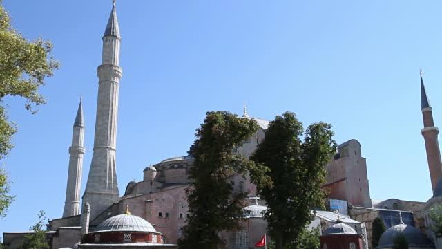 vidéos et rushes de ms tu shot of basilique sainte-sophie with people / istanbul, turkey - religion